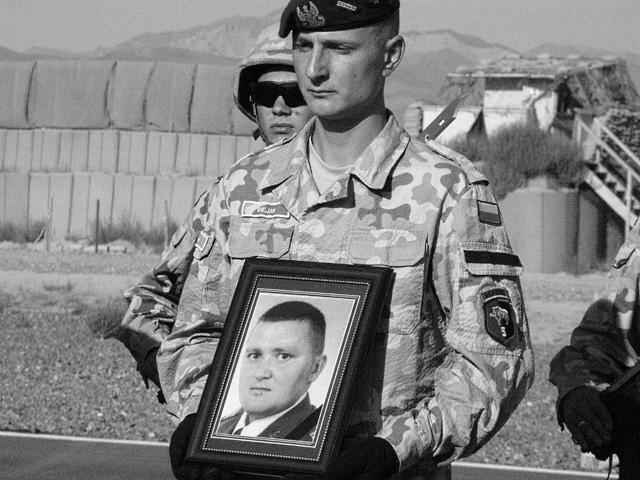 Pożegnanie Marcina Poręby (na zdjęciu w ramce), poległego 4 września 2009 r./fot. Marcin Ogdowski