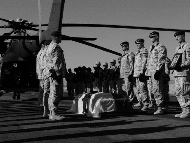 Żołnierze mają prawo pożegnać kolegę. Nz. pożegnanie poległego we wrześniu Macina Poręby. Również sapera.../fot. Marcin Ogdowski