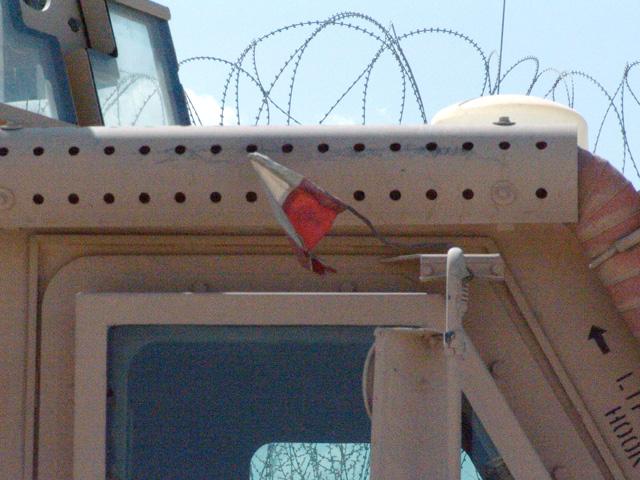 Miniaturowa flaga zamocowana na MRAP-ie. Afganistan, wrzesień 2009/fot. Marcin Ogdowski