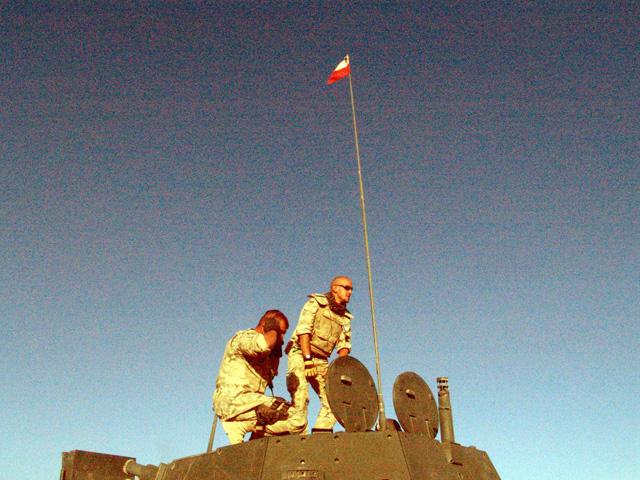 Biało-czerwona na antenie rosomaka. Afganistan, wrzesień 2009/fot. Marcin Ogdowski