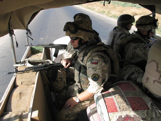 Wypełnione workami z piaskiem burty ciężarówek, Irak 2005 r./fot. Marcin Ogdowski