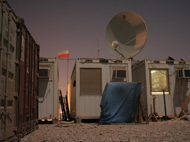 Dziennikarze nie chcieli być gorsi od żołnierzy. Nad media village w bazie Echo w Diwaniji również powiewała biało-czerwona flaga. Irak, październik 2005 r./fot. Krzysztof Żuczkowski
