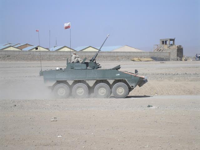 Żołnierze dopięli swego - wkrótce do Afganistanu zaczęły trafiać pierwsze rosomaki. Afganistan, lato 2007 r./fot. Marcin Ogdowski