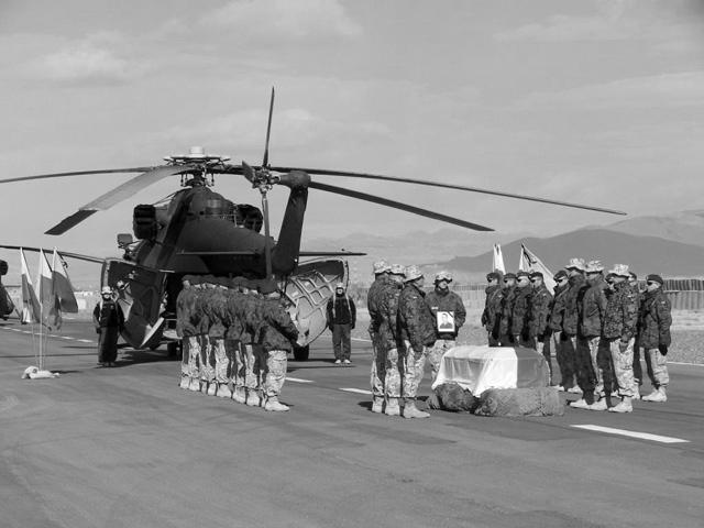 Koledzy żegnają st. szer. Michała Kołka na helipadzie w bazie Ghazni/fot. PIO Afganistan.