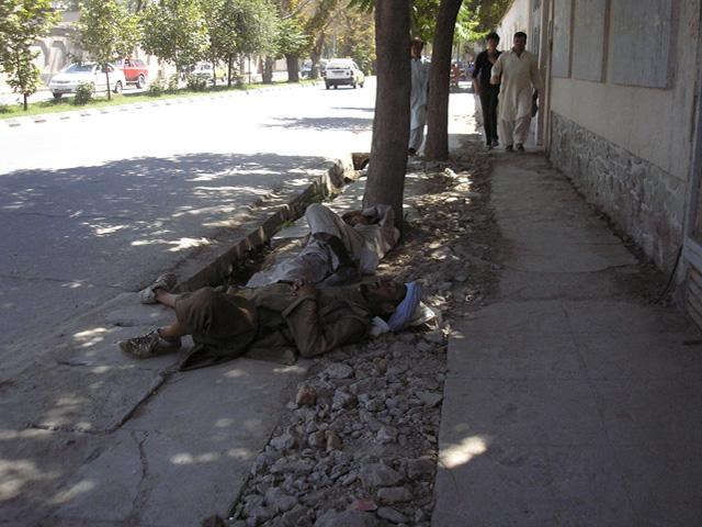 """Na """"wojennym myśleniu"""" łapałem się wielokrotnie. Ten widok, w pierwszym odruchu, wywołał skojarzenia z ofiarami zamachu. Tymczasem ci mężczyźni po prostu odpoczywają. W cieniu drzew, wzdłuż jednej z kabulskich ulic.../fot. Marcin Ogdowski"""