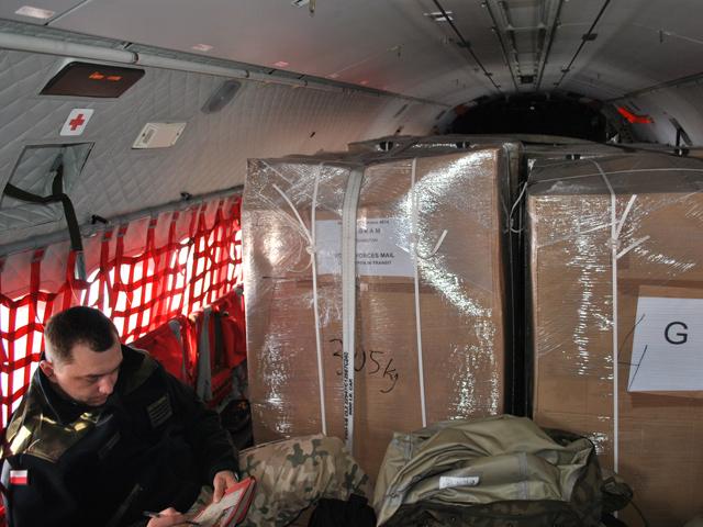 Tak wyglądał pokład CASY lecącej wczoraj z Warszawy do Krakowa - wielkanocne paczki zajmowały niemal cały pokład/fot. Marcin Ogdowski