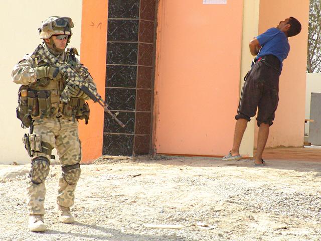 W Iraku czy Afganistanie rebeliantem może być każdy. To wymusza szczególną ostrożność.../fot. Marcin Ogdowski
