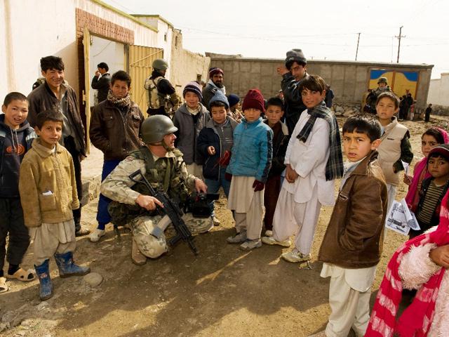 Dzieciaki na całym świecie są takie same. Pokaż im obiektyw, a będą pozować.../fot. Adam Roik