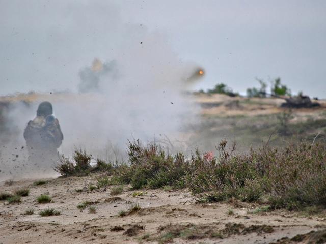 Przyrządy optyczne i wyszkolenie pozwalały spadochroniarzom na pewniaka pakować większość granatów w celu.../fot. Marcin Ogdowski