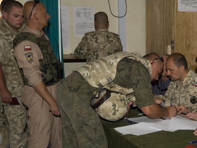 Wielu żołnierzy postanowiło oddać głos przed wyjazdem na patrole/fot. Adam Roik