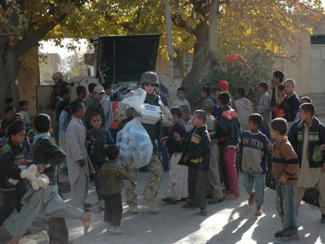 """Rozdają paczki, sami też chcieliby coś dostać od najbliższych. Byle tylko """"po drodze"""" obyło się bez głupich wpadek.../fot. PKW Afganistan"""