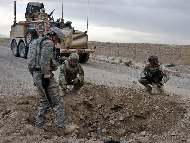 IED dziesiątkują nie tylko żołnierzy koalicji, ale przede wszystkim cywilnych Afgańczyków.../fot. Adam Roik, Combat Camera DOSZ