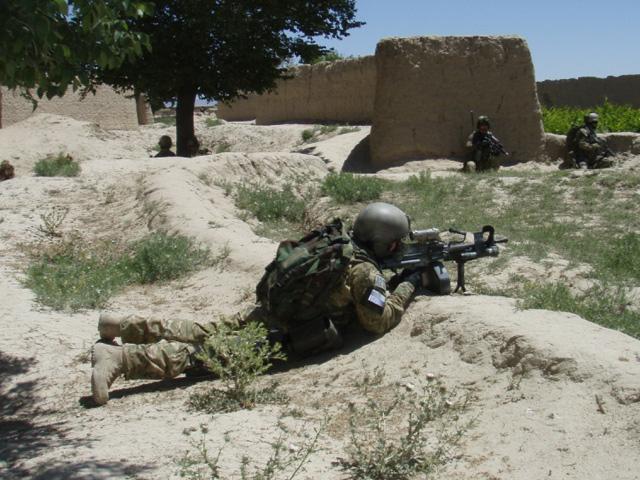 Zwykły żołnierz, w czasie akcji, nie ma czasu zastanawiać się, czy walczy z bojownikiem czy gangsterem.../fot. Adam Roik, Combat Camera DOSZ