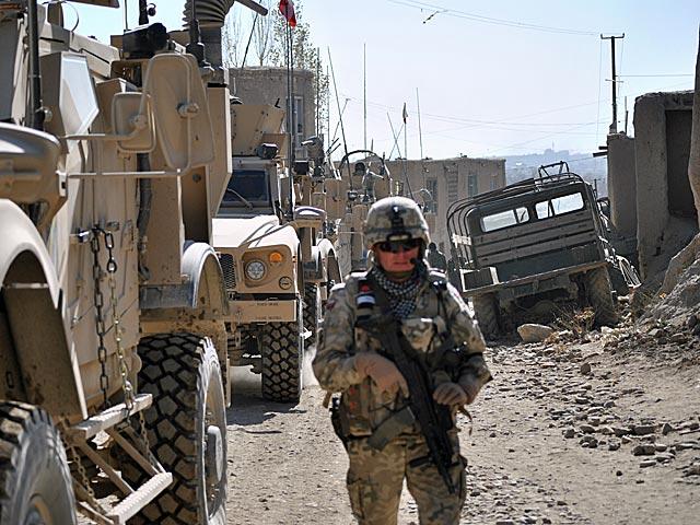 Na ulicach Ghazni można jeszcze spotkać wraki sprzętów należących do Armii Radzieckiej (patrz: ciężarówka po prawej), która wycofała się stąd 22 lata temu.../fot. Marcin Ogdowski