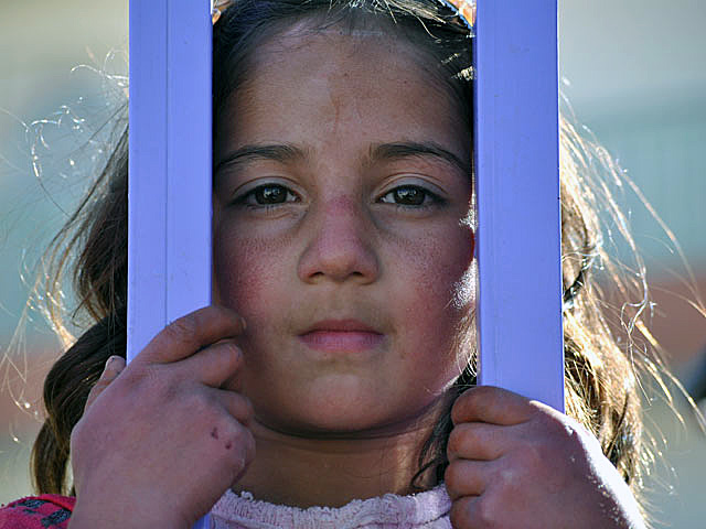 Nawet twarze dzieci, choć jeszcze gładkie, nie będą takie tak długo, jak ich rówieśników w innych miejscach świata/fot. Marcin Ogdowski