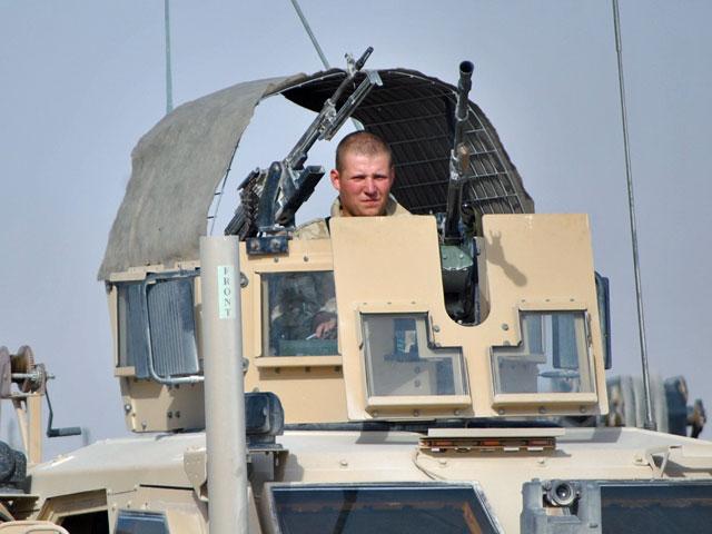 Ganer na wieży pojazdu MaTV - tuż przed wyruszeniem na patrol/fot. Marcin Ogdowski