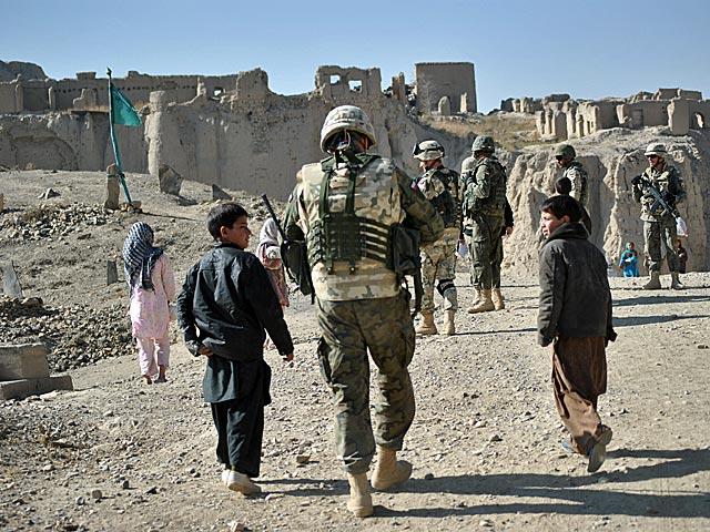 ... czego najlepszym dowodem są dzieci, wybiegające ze zrujnowanych budynków na widok żołnierzy/fot. Marcin Ogdowski