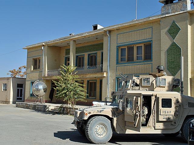 Na tle miasta rezydencja gubernatora Ghazni jawi się jak okazały pałacyk (choć w środku nie wygląda już tak reprezentacyjnie).../fot. Marcin Ogdowski