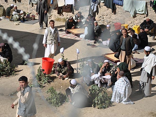 Mężczyźni utrwaleni na zdjęciu skazany zostali z najcięższych paragrafów, w tym za terroryzm, jak definiuje się tu działania rebeliantów. Nz. dziedziniec więzienia na przedmieściach Ghazni/fot. Marcin Ogdowski