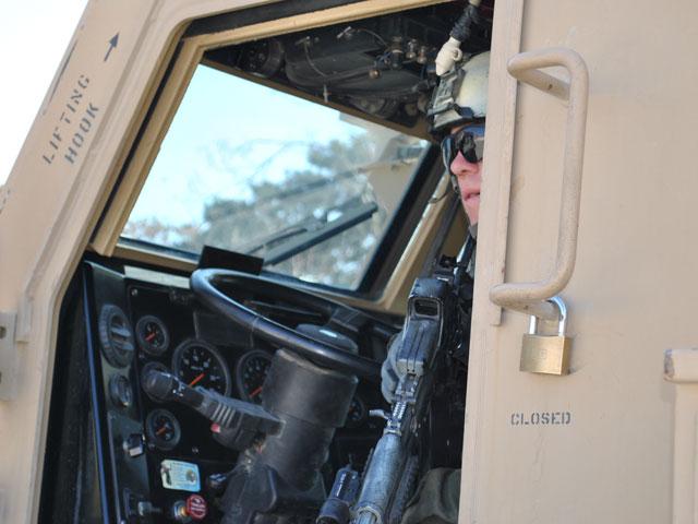 ... nawet kierowca nie powinien rozstawać się z karabinem/fot. Marcin Ogdowski