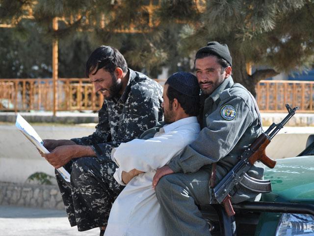 Afgańczycy - z naszej perspektywy - nieco bardziej bezpretensjonalnie okazują sobie przyjaźń. Nz. ochrona rezydencji gubernatora Ghazni/fot. Marcin Ogdowski