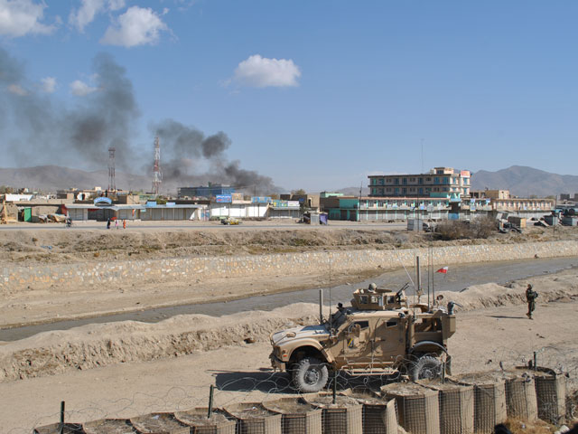 """W Ghazni ciągle coś się dzieje... Zdjęcie wykonane z posterunku policji, położonego przy rezydencji gubernatora. Na pierwszym planie pojazd M-ATV, nazywany przez żołnierzy """"emtiwi"""" - jeden z kilku użyczonych ostatnio przez Amerykanów/fot. Marcin Ogdowski"""