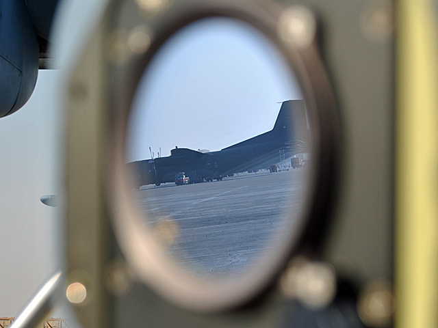 """Oglądając stojące na lotnisku w Mazar-i-Sharif niemieckie C-160 nie mogłem oprzeć się poczuciu zazdrości... (ps. zdjęcie, z uwagi na zakaz fotografowania, robione """"na partyzanta"""")/fot. Marcin Ogdowski"""