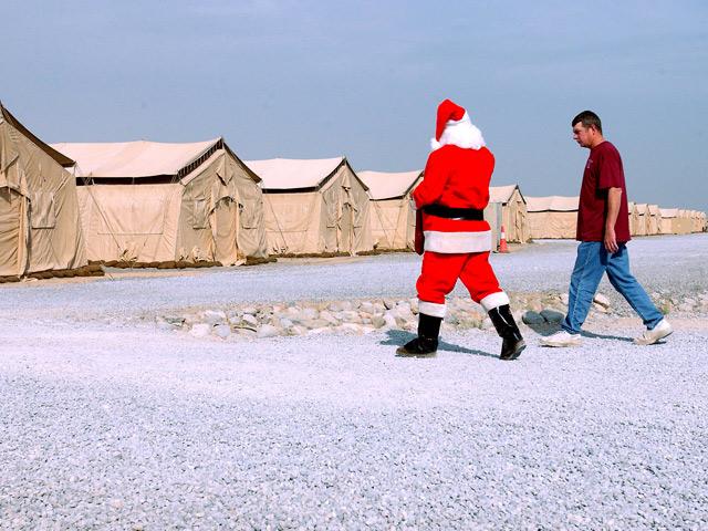 Jak widać, facet w czerwonym ubranku dociera nawet do Afganistanu.../fot. Gettyimages