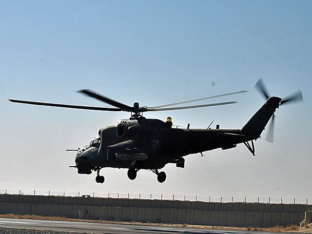 """W czasach inwazji radzieckiej, Mi-24 zyskały miano """"Diabelskich rydwanów"""". Nz. Polski Mi-24 na helipadzie w Ghazni w trakcie manewru ważenia (podczas takiego startu doszło do katastrofy)/fot. Marcin Ogdowski"""