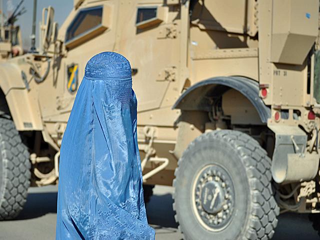"""Misja ISAF miała, m.in., poprawić los najbardziej dotkniętych przez religijny fundamentalizm grup, w tym kobiet. Przez ostatnie 10 lat trochę się w Afganistanie zmieniło, jednak widok kobiecej burki to nadal """"oczywista oczywistość"""". Tak naprawdę mniej tradycyjnie ubrane kobiety widziałem tylko w Kabulu/fot. Marcin Ogdowski"""