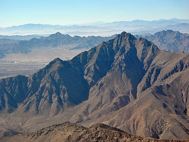 Po lewej dolina, w której znajduje się baza w Bagram. Szczyt widoczny na zdjęciu to część pierwszego z pasm okalających bazę. Przy dobrej pogodzie można zobaczyć trzy takie pasma, jedno wyższe od drugiego.../fot. Marcin Ogdowski