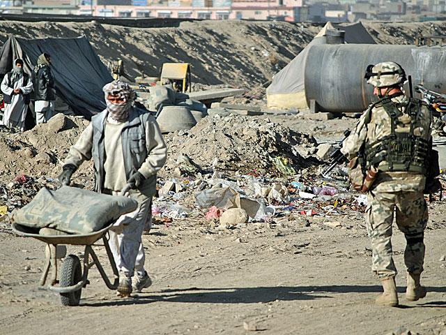 Niemal 10 lat po inwazji żołnierze ISAF stali się integralną częścią afgańskiego krajobrazu.../fot. Marcin Ogdowski