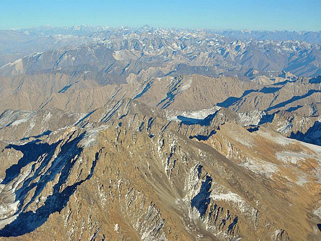 ... choć naprawdę wysokie góry są bardziej na północ. Zdjęcie wykonane gdzieś między Kabulem a Mazar-i-Sharif/fot. Marcin Ogdowski