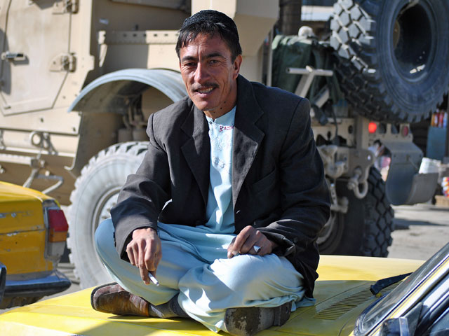 ... a zwykli Afgańczycy starają się z tym jakoś żyć/fot. Marcin Ogdowski