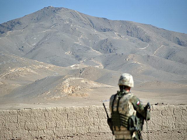 """W porównaniu z pasmami otaczającymi Bagram czy Mazar-i-Sharif, charakterystyczna góra - widoczna z miasta i bazy Ghazni - wydaje się być zwykłym wzniesieniem. I choć rzeczywiście imponująca nie jest, warto pamiętać, że już u podnóża, """"na wejście"""", mamy 2 tys. m.n.p.m./fot. Marcin Ogdowski"""