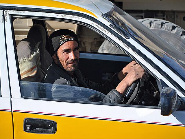 ... choć można się do tego przyzwyczaić i robić swoje. Na przykład jeździć taksówką (jak widać na zdjęciu, zapewne sprowadzoną z jakiegoś szrotu w Pakistanie)/fot. Marcin Ogdowski