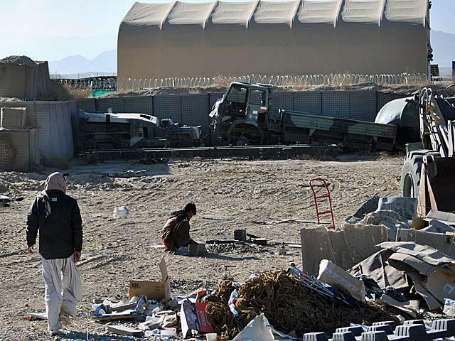Zniszczony i porzucony sprzęt w bazie Ghazni/fot. Marcin Ogdowski