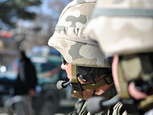 Z oficjalnymi komunikatami jest jak z tym zdjęciem - niby na pierwszym planie są żołnierze.../fot. Marcin Ogdowski
