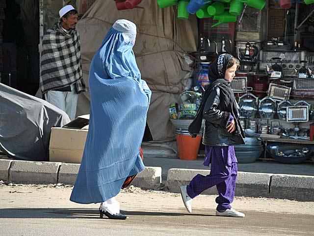 Tradycjonalizm i nowoczesność w afgańskim wydaniu - burka i buty na obcasie/fot. Marcin Ogdowski