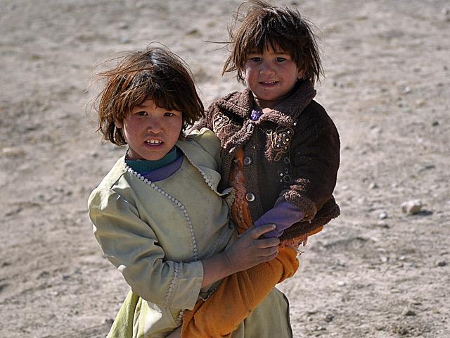 Ruchliwe, trochę tylko smutniejsze (i szybciej uczone odpowiedzialności) dzieciaki.../fot. Marcin Ogdowski
