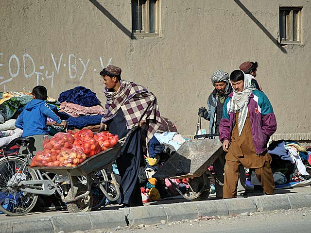 """Taczka to jeden z popularniejszych """"pojazdów"""" na afgańskich ulicach. A handlować ciuchami, jak widać, można prosto z chodnika.../fot. Marcin Ogdowski"""