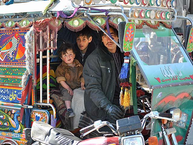 A skoroo pojazdach mowa - na afgańskich ulicach sporo jest takich, zabudowanych trójkołowców. Bardzo ozdobnych... Aha, ufam, że uchwycona na zdjęciu dziewczynka wybaczyła mi moje foto-wścibstwo; chwilę wcześniej słodko spała - zbudził ją brat, gdy zobaczył, że mierzę do nich z obiektywu.../fot. Marcin Ogdowski
