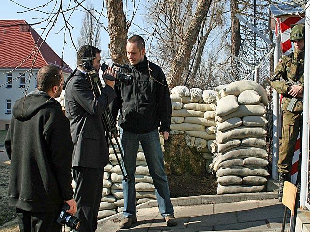 """""""Al-Dżazira"""" na bramie """"bazy w Ghazni""""/fot. Piotr Kaszuba"""