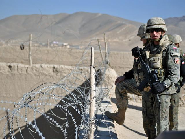 Dachy budynków, tworzących więzienny dziedziniec, zwieńczono zasiekami z kolczastego drutu. Wydawałoby się, że osadzeni wewnątrz to naprawdę niebezpieczni ludzie. Ale cóż, w Afganistanie rzeczy pozornie oczywiste, wcale takimi nie są.../fot. Marcin Ogdowski