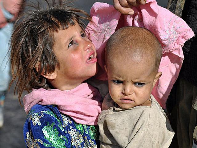 Dzieci opiekujące się dziećmi - typowy dla Afganistanu widok.../fot. Wojciech Kluczewski