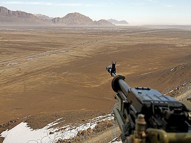 Z jednej strony góry, z drugiej - ogromna, jałowa przestrzeń. Ot, Afganistan.../fot. Marcin Wójcik, zdjęcie wykonane aparatem Canon EOS 7D