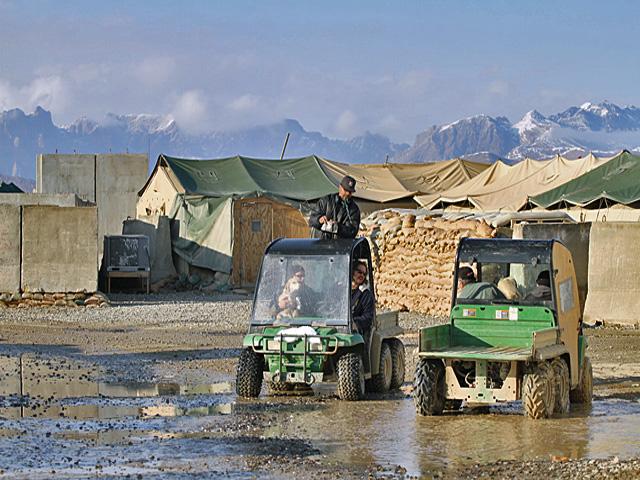 Zaadoptowane psiaki są w każdej natowskiej bazie w Afganistanie. To zdjęcie zrobiono w Wariorze - proszę uważnie przyjrzeć się, kto siedzi w kabinach obu pojazdów.../fot. Marcin Wójcik, zdjęcie wykonane aparatem Canon EOS 7D