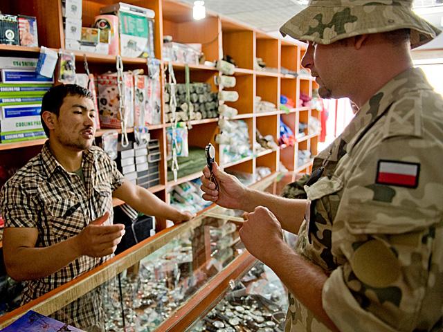 Wojak też człowiek - w wolnej chwili lubi skoczyć na zakupy.../fot. Dariusz Lewtak