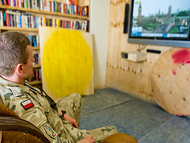Po robocie można też, po prostu, zasiąść przed telewizorem. Tylko chłodnego piwka brak.../fot. Dariusz Lewtak