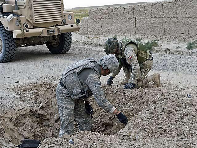 W kraju niedoceniani, w Afganistanie szanowani przez wszystkich żołnierzy. Nz. polski i amerykański saper w miejscu detonacji IED/fot. Adam Roik, Combat Camera DOSZ